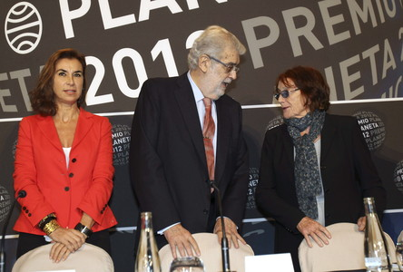 El presidente del Grupo Planeta, Jos Manuel Lara, junto a Rosa Regs (derecha) y Carmen Posadas, que forman parte del jurado del premio, ayer, en la presentacin de la 61 edicin del galardn. 