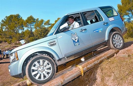 PROTAGONISTA DISCOVERY. La cuarta generacin del modelo de Land Rover fue la elegida para que los participantes pusieran a prueba sus habilidades. A la derecha un descenso por troncos.