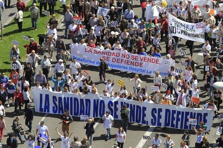 Vista desde el Círculo de Bellas Artes de Madrid de la 'marea blanca' que se ha manifestado hoy contra la externalización sanitaria.