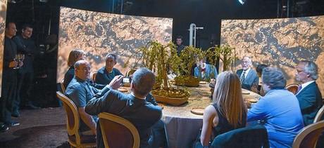 Los comensales de 'El somni': desde la izquierda, Ferran Adrià, Rafael Argullol, Abderrahmane Kheddar, Joël Candau, Lisa Randall, Josep Pons, Bonaventura Clotet, Freida Pinto, Harold McGee, Ben Lehner, Nandita Bas, y la silla vacía pertenece a Miquel Barceló.