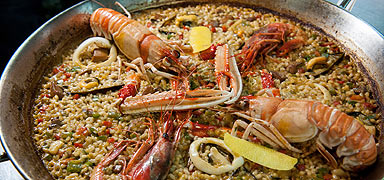 Una paella marinera.