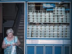 Una mujer sale, ayer, de una administración de lotería en las Rambles de Barcelona.