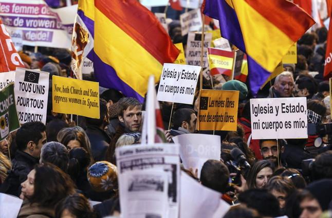 Manifestants mostren pancartes durant la protesta convocada davant l'ambaixada espanyola contra la llei de l'avortament espanyola, a Brussel·les, aquest dimecres.
