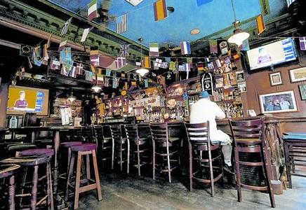 Solo en el bar 8 Un cliente, ante el televisor en un pub de la calle de Ferran de Barcelona.