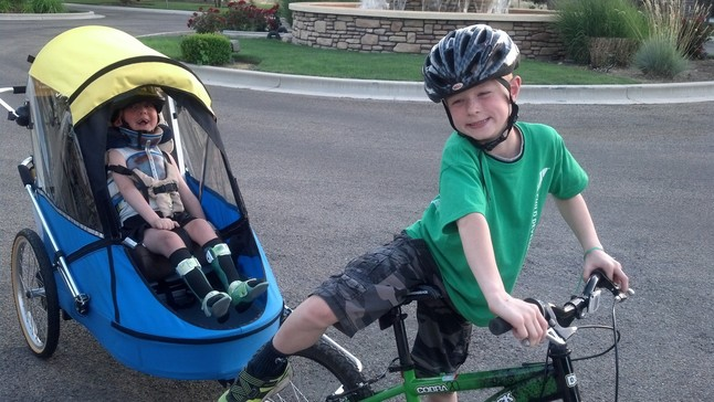 Noah paseando con Lucas en bicicleta.