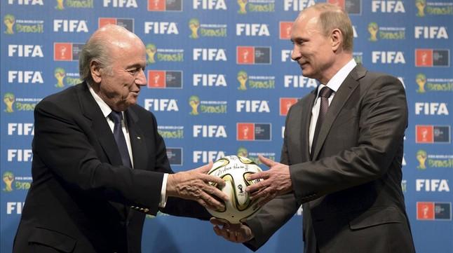 Putin, con Blatter en julio del 2014.