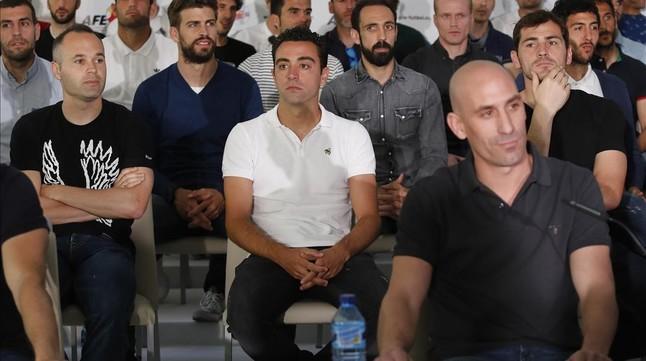 Rubiales, en primer término, con Iniesta, Xavi y Casillas detrás, en una rueda de prensa del pasado 7 de mayo.