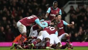 Los jugadores del West Ham celebran el último gol ante el Liverpool