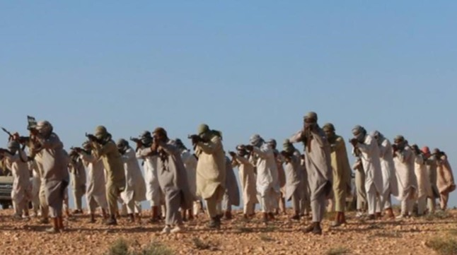 Miembros del Estado Islámico en un campo de entrenamiento en Libia.