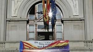 Pancarta conmemorativa en el Ayuntamiento de Valencia como capital de la Segunda República, colgada en la fachada principal del consistorio.