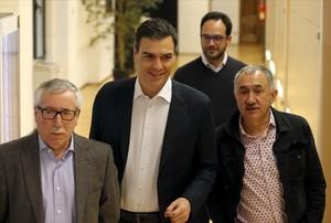 El líder del PSOE, Pedro Sánchez, entre los dirigentes de CCOO, Ignacio Fernández Toxo (izqda.), y UGT, Josep Maria Álvarez, el pasado día 14.