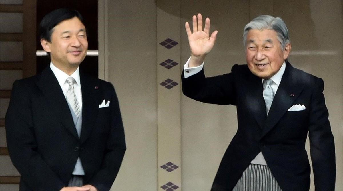 El emperador Akihito, a la derecha, con el príncipe Naruhito, a la izquierda