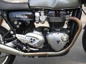 EQUIPADA. El cuadro de instrumentos indica hasta el consumo medio. El motor, de nueve cuño, mantiene la estética clásica.