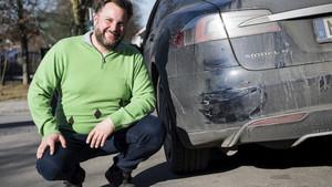 Manfred Kick junto a su Tesla Model S dañado tras su heroica acción.