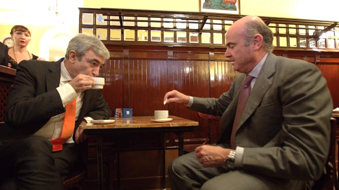 De Guindos y Garicano comparten café en Casa Manolo