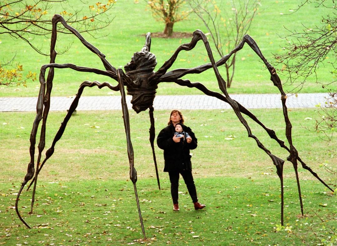 Una mujer y su bebé observan la estatua de una araña gigante en un parque de la ciudad alemana de Colonia, en noviembre del 97.