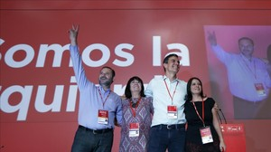 Pedro Sánchez, junto a sus principales colaboradores, este sábado en el congreso del PSOE.
