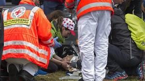 zentauroepp39130627 medics attend to spain s alejandro valverde after he crashed170701202925