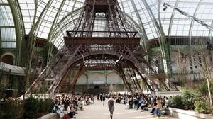Karl Lagerfeld rinde tributo a París en su desfile de Chanel