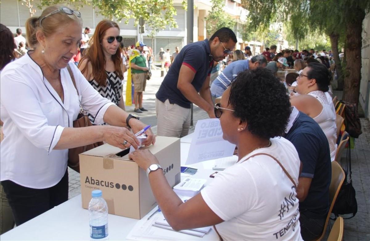 Venezolanos votando en Barcelona