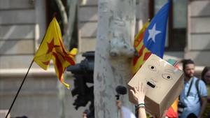 Concentración frente al TSJC en protesta por la operación contra el referéndum, este jueves.