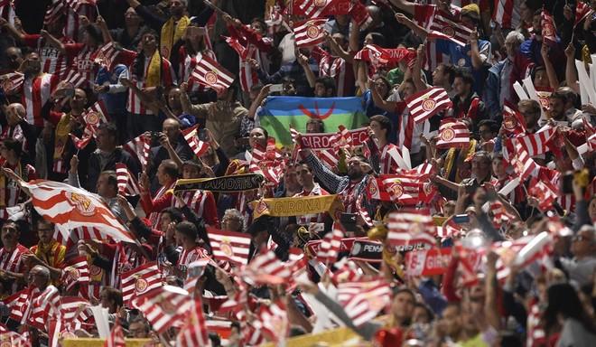 Los aficionados del Girona ondean banderas de su equipo en los prolegómenos del derbi contra el Barça en Montilivi.