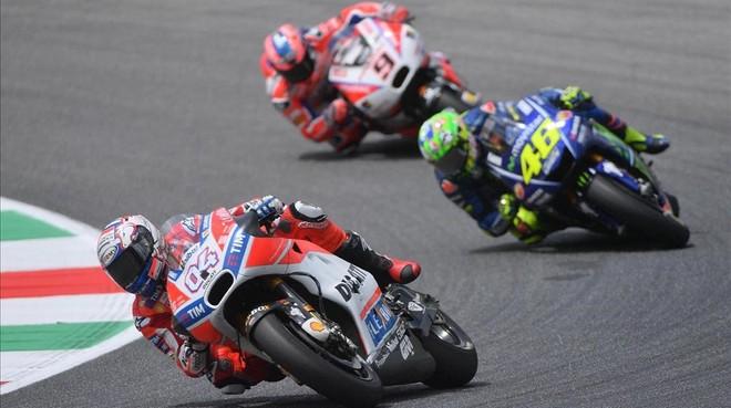Andrea Dovizioso rueda por delante de Valentino Rossi y de Danillo Petrucci durante el GP de Italia de MotoGP.