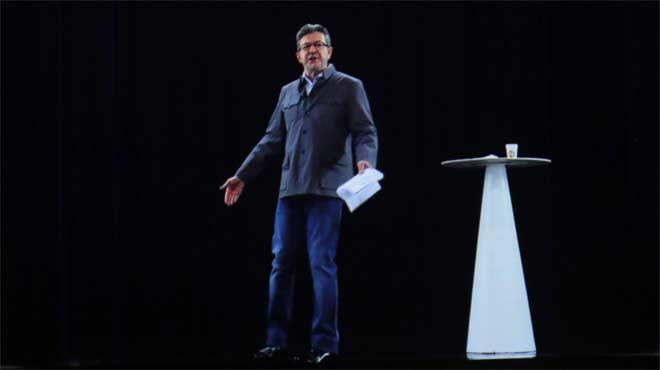 Així va ser el moment en què el candidat de França Insubmisa apareix en un míting a París mitjançant un holograma