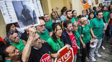 Activistas de la Plataforma de Afectados por la Hipoteca intentan impedirun desahucio en Barcelona, en una imagen de archivo.