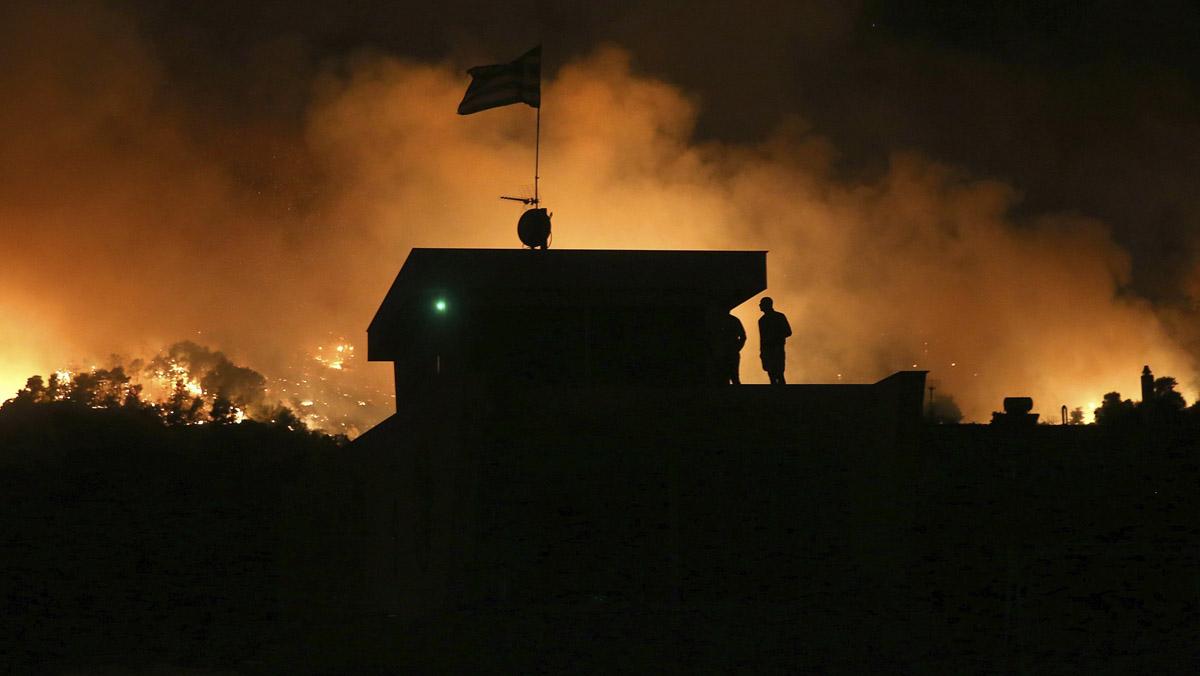 54 incendios arrasan Grecia