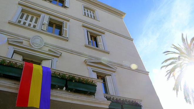 La bandera republicana, al balcó de l'Ajuntament de Sant Boi