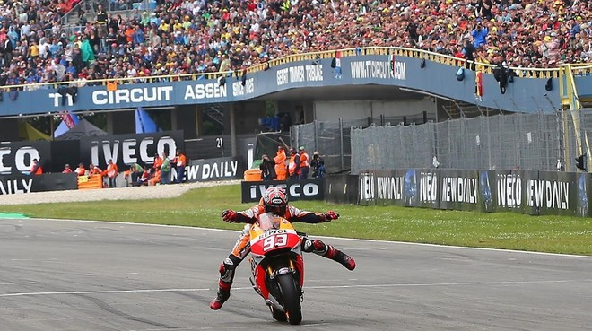 Marc Márquez (Honda) cruza, triunfador y eufórico, la meta del GP de Assen de 2014.