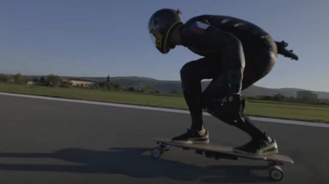 Mischo Erban establece el récord en monopatín eléctrico: casi 96 Km/h.