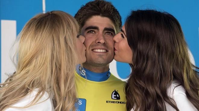 Mikel Landa, en la Vuelta al País Vasco del año pasado, con dos azafatas.