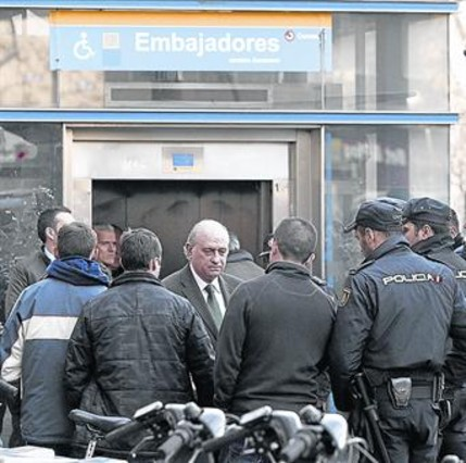 Mor un policia al ser emp s al tren per un sospit s for Ministre interior