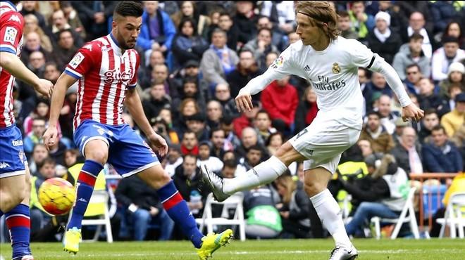 Modric, durante el partido entre el Madrid y el Sporting.