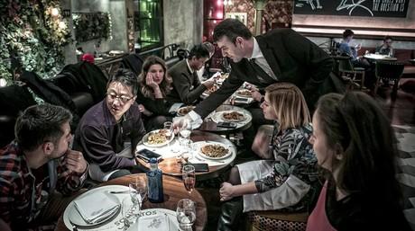 Grupo de congresistas del Mobile, de cena la noche del domingo en Cachitos Diagonal.