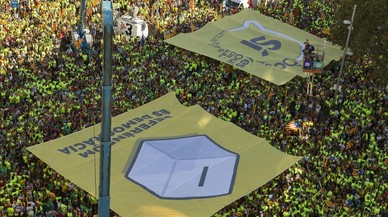"""Pancartas de la """"Diada pel sí"""" en Passeig de Gràcia."""