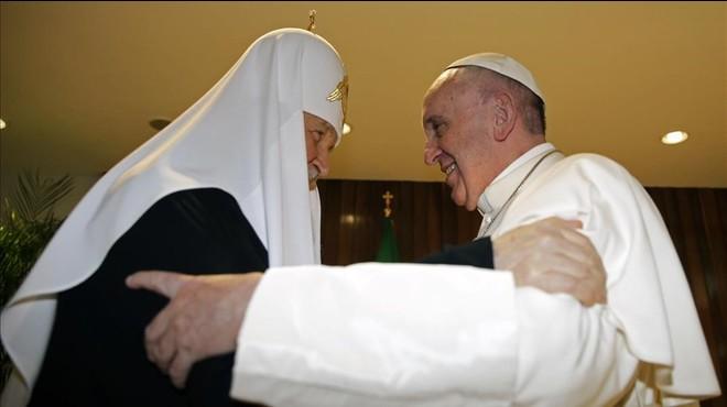 El patriarca Cirilo (izq) abraza al Papa en su encuentro en el aeropuerto Jos� Mart�, en La Habana, este viernes.