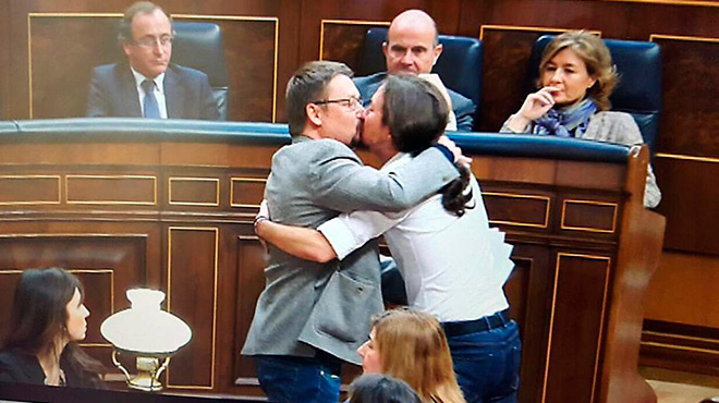 El petó de Pablo Iglesias i Xavier Domènech traspassa fronteres i arriba a la BBC