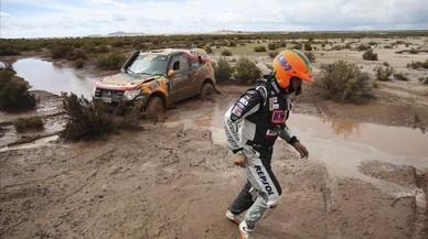 El piloto Isidre Esteve y su copiloto Txema Villalobos de Mitsubishi quedan atrapados durante la séptima etapa del Rally Dakar 2017 entre La Paz y Uyuni. Bolivia.