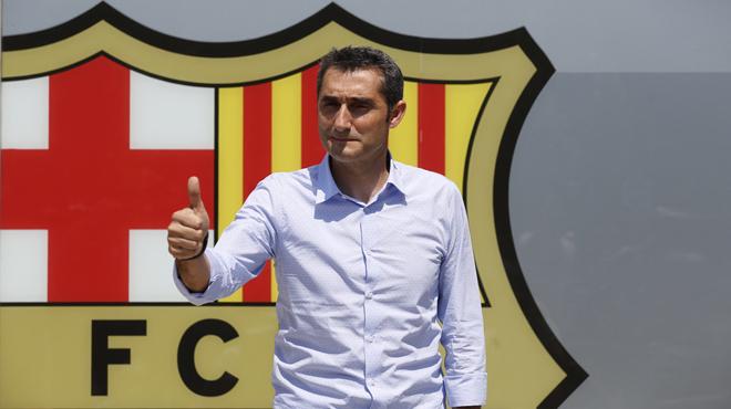 Valverde posa amb l'escut del Barça al Camp Nou