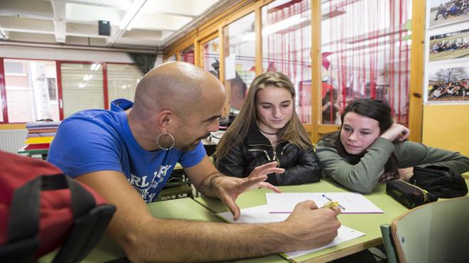Alumnes de l'institutLa Garrotxa d'Olot participen en un taller de rap impartit per Pau Llonch.