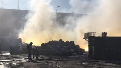 Un incendi en un polígon de Fuenlabrada obliga a confinar els veïns de tres pobles madrilenys