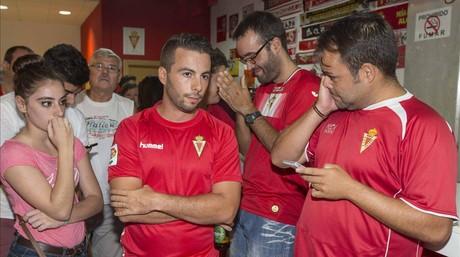 Aficionados del Murcia entristecidos por la decisi�n judicial.