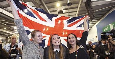 Partidarias del 'no' celebran el resultado del refer�ndum escoc�s en Edimburgo.