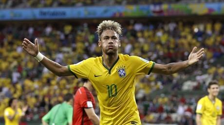 Neymar enardece al p�blico brasile�o en un partido del Mundial.