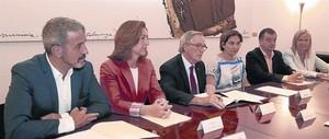 Collboni (PSC), Mejías (Ciutadans), Trias (CiU), Colau (Barcelona en Comú), Bosch (ERC) y Esteller (PP), en el momento de la firma de la solicitud de renovación del Mobile.