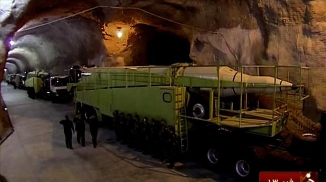 Imagen de la emisión televisiva que muestra un largo túnel, de unos 10 metros de alto, lleno de misiles.
