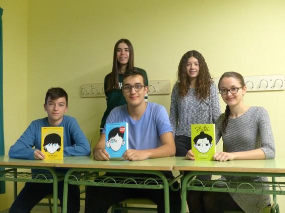 Estudiantes del instituto de Prats de Lluçanès que han leído el libro Wonder: Maria Font, Aina Prats, Jofre, Nil Prats y Anna Bella Van Schaik.